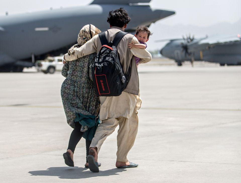 Người dân Afghanistan khẩn trương sơ tán trong bối cảnh G7 họp ứng phó với Taliban - Ảnh 3.