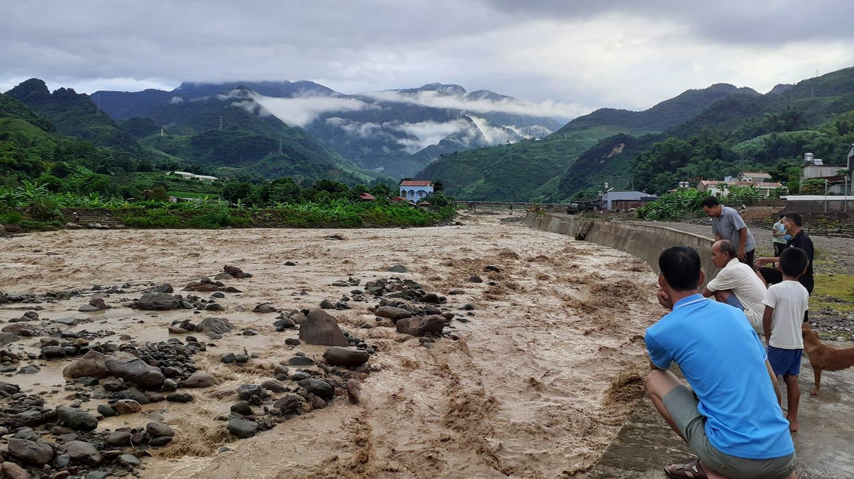 Sơn La: Lũ quét bất ngờ, 550 hộ dân phải sơ tán tạm thời - Ảnh 1.