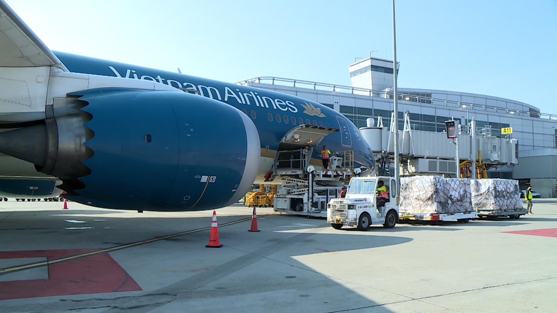 Áp giá sàn vé máy bay, doanh nghiệp lo lắng sẽ cản trở công nhân trở lại nhà máy - Ảnh 1.