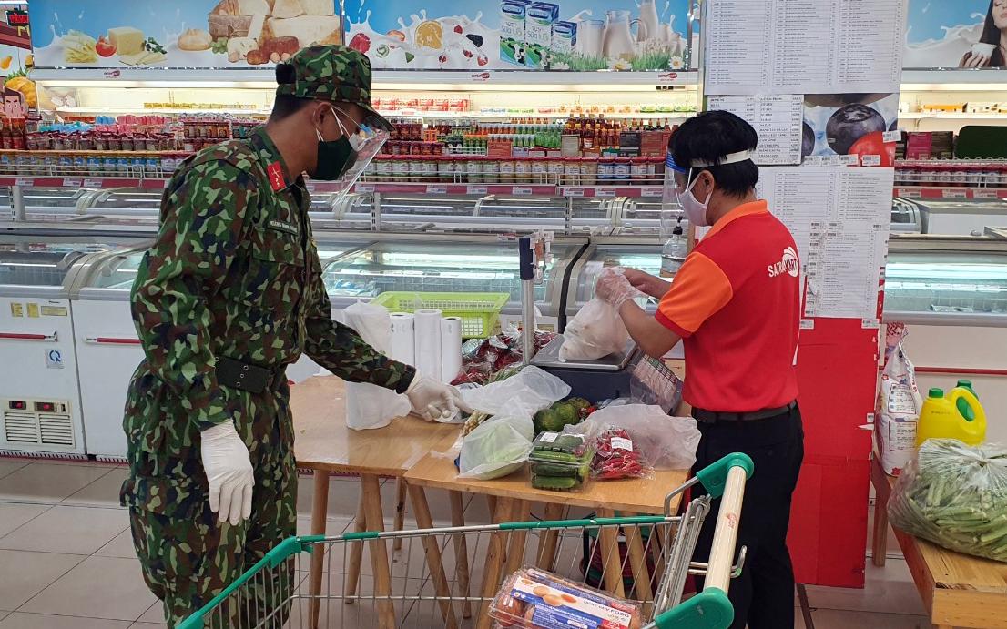 TP.HCM: Đơn hàng đi chợ hộ tăng vọt, siêu thị giảm giá hỗ trợ người dân