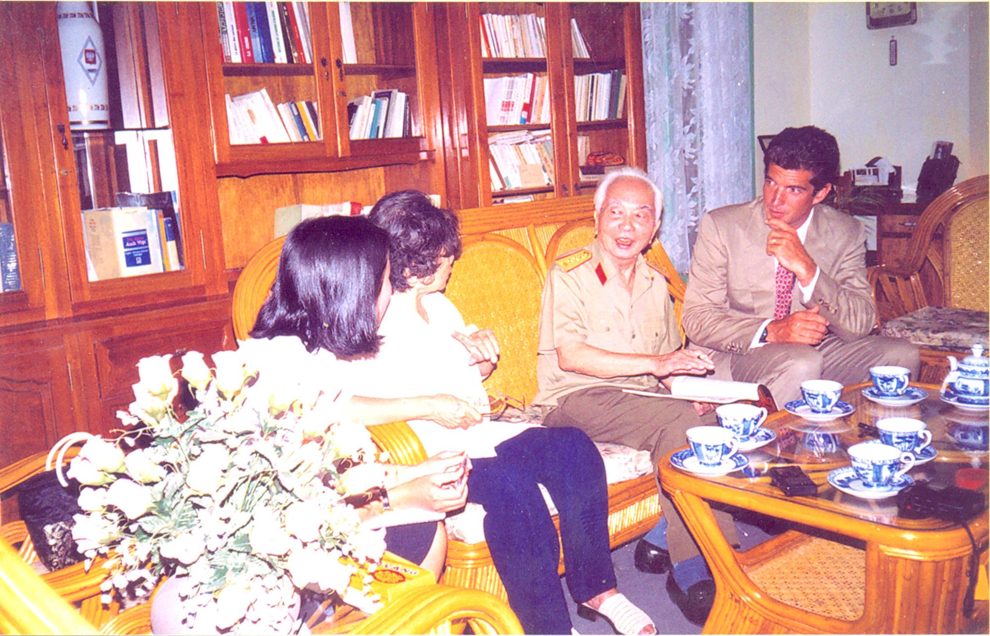 Nhân cách lớn của Đại tướng Võ Nguyên Giáp và cuộc gặp gỡ đặc biệt với con trai John Kennedy - Ảnh 2.