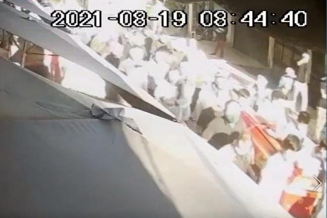 """Hà Nội: Đình chỉ công tác một Chủ tịch xã vì để """"hàng trăm người đi đưa tang"""" giữa dịch - Ảnh 1."""