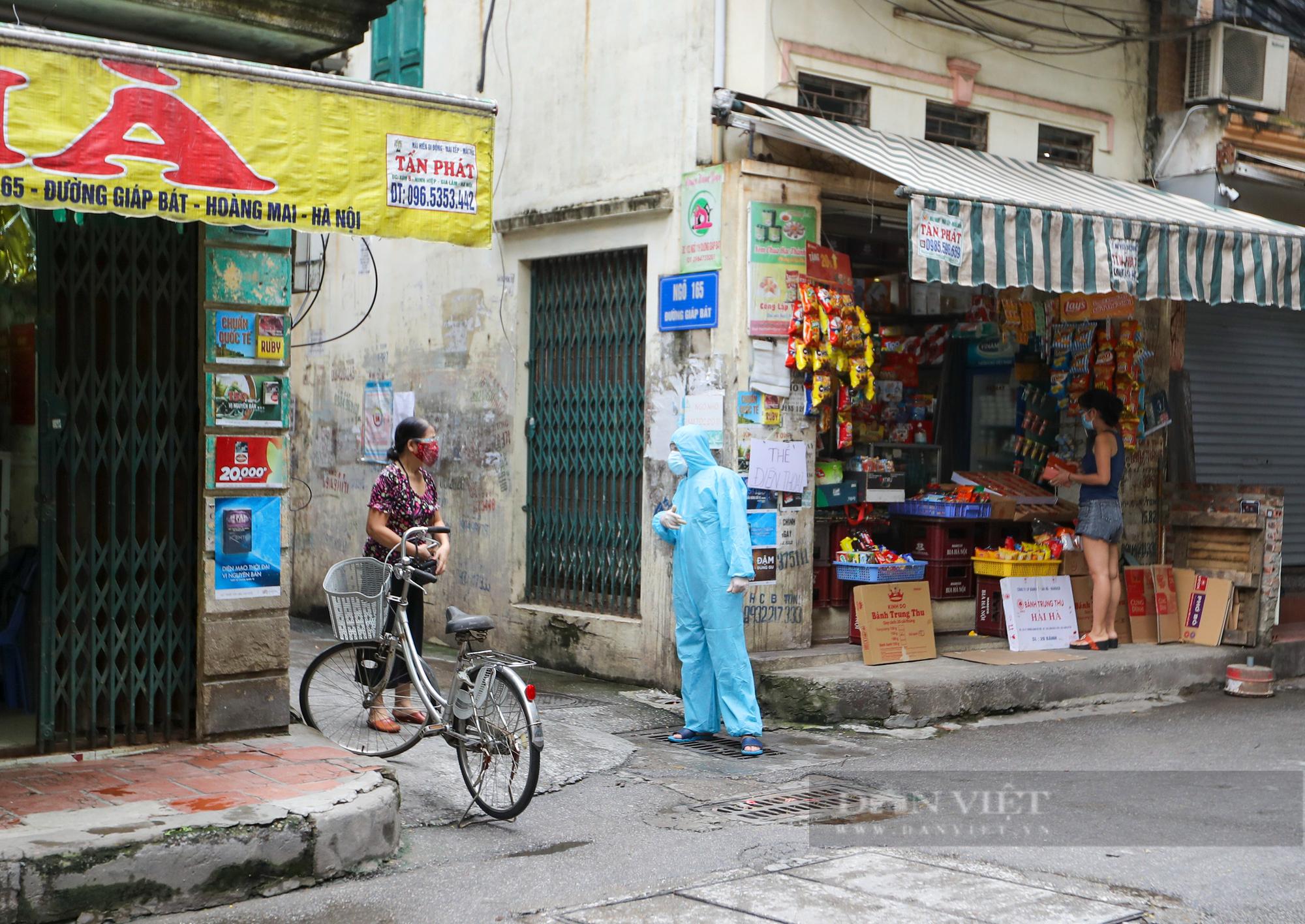 Hà Nội: Bên trong vùng cách ly y tế diện rộng ở phường Giáp Bát  - Ảnh 4.
