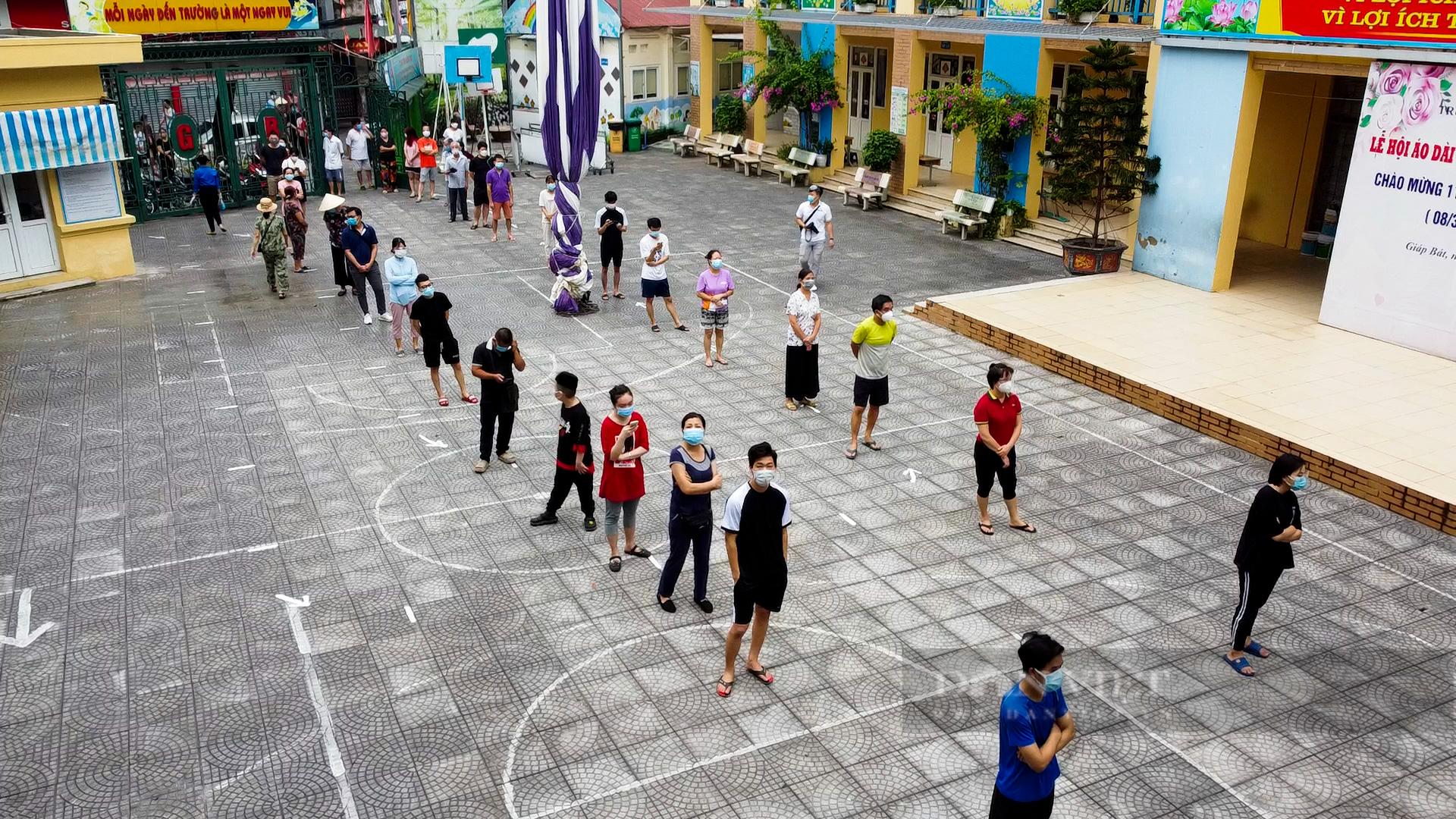 Hà Nội: Bên trong vùng cách ly y tế diện rộng ở phường Giáp Bát  - Ảnh 6.