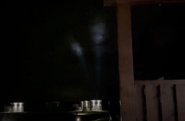 Hiện tượng bí ẩn trên bầu trời đêm làm dấy lên giả thuyết về sự xuất hiện của UFO - Ảnh 2.