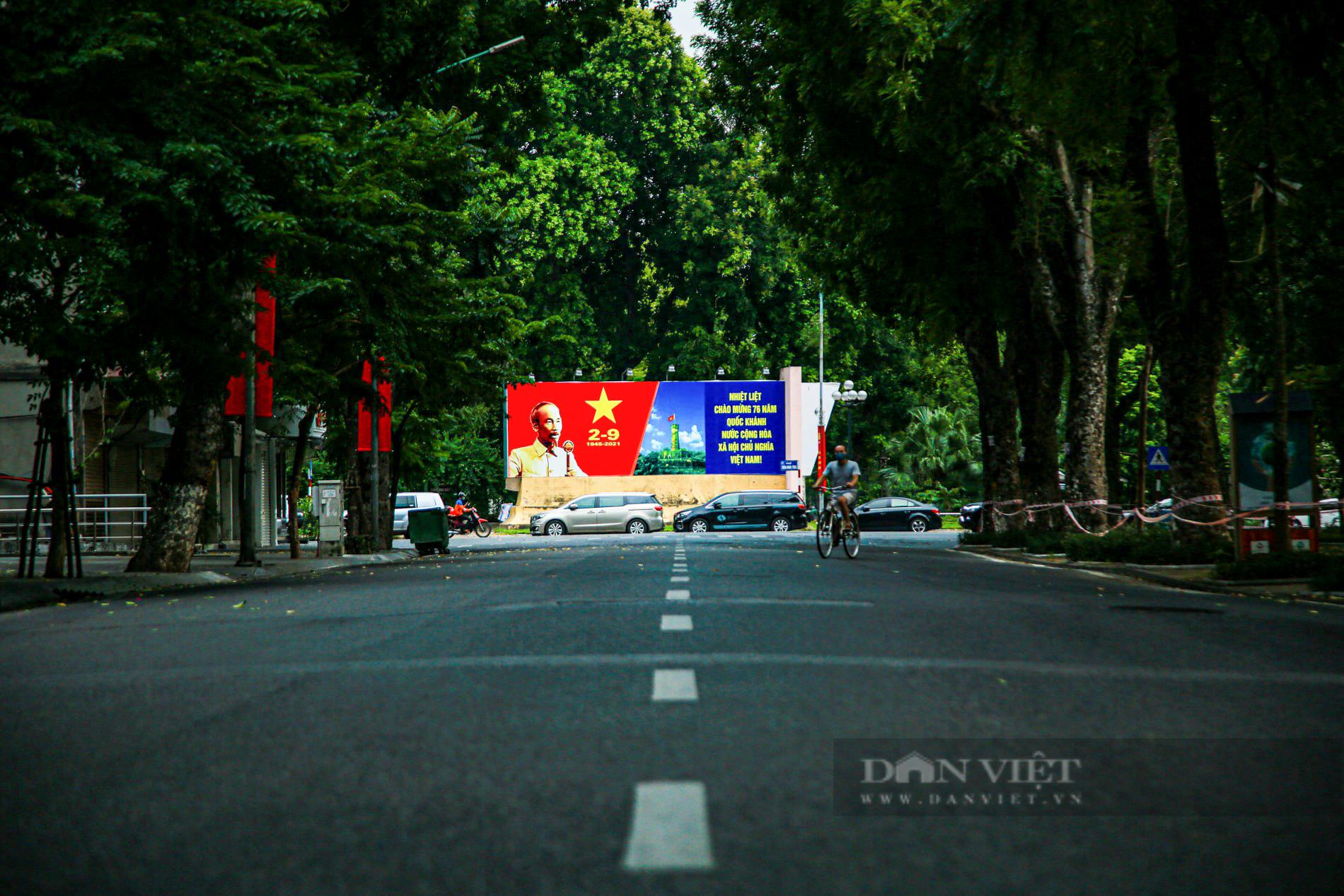 Đường phố Hà Nội rực rỡ sắc đỏ chào mừng Quốc khánh 2/9 - Ảnh 1.