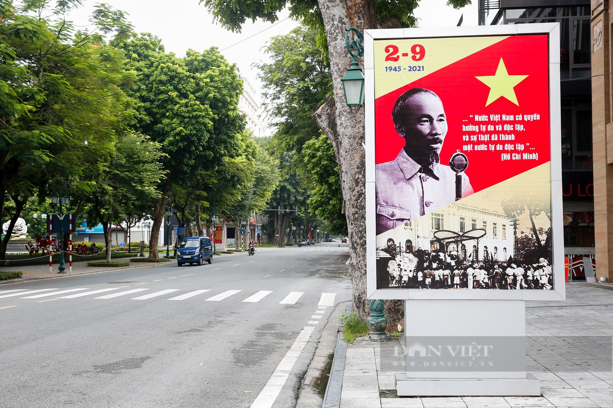 Đường phố Hà Nội rực rỡ sắc đỏ chào mừng Quốc khánh 2/9 - Ảnh 3.