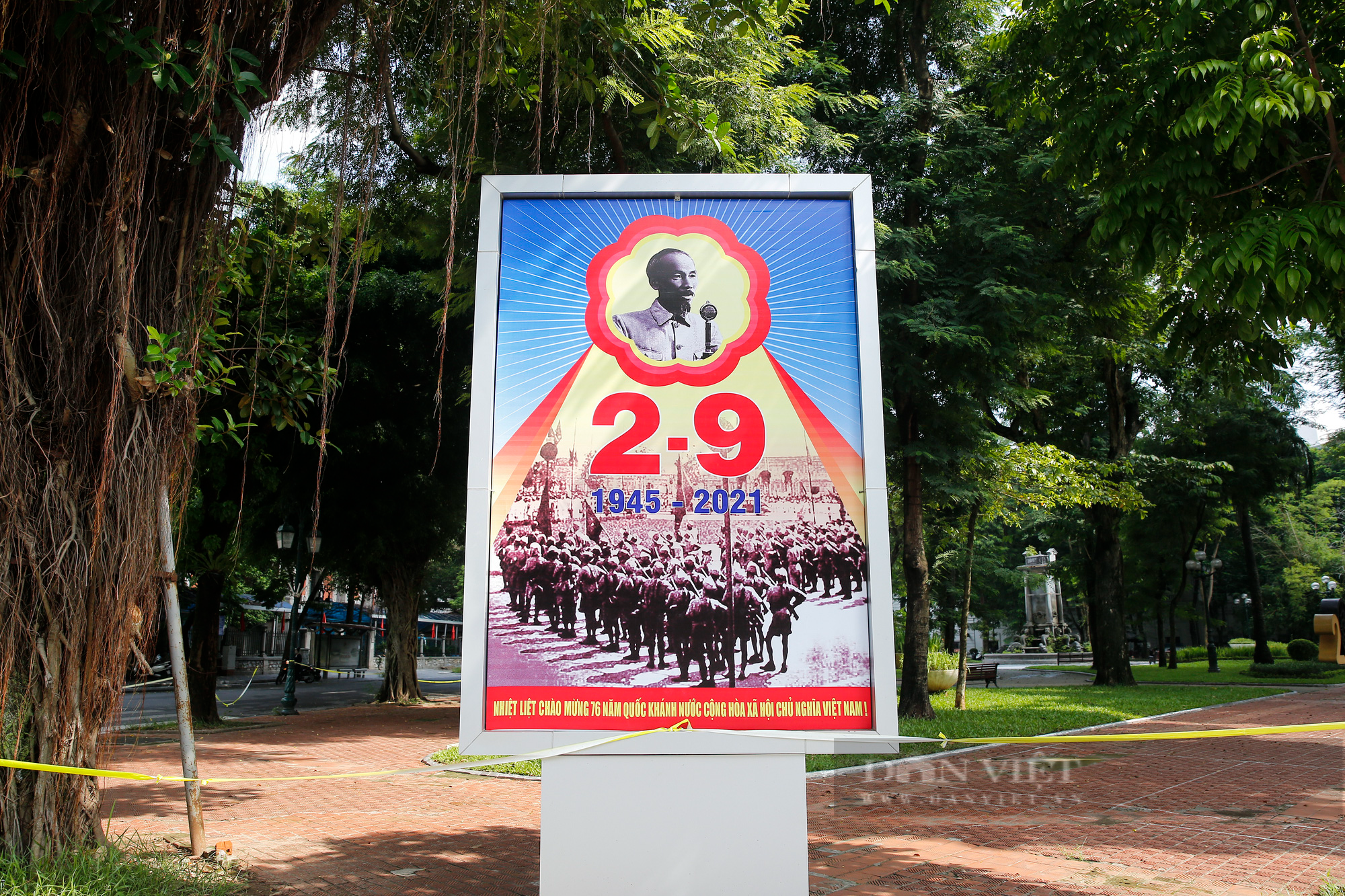 Đường phố Hà Nội rực rỡ sắc đỏ chào mừng Quốc khánh 2/9 - Ảnh 4.