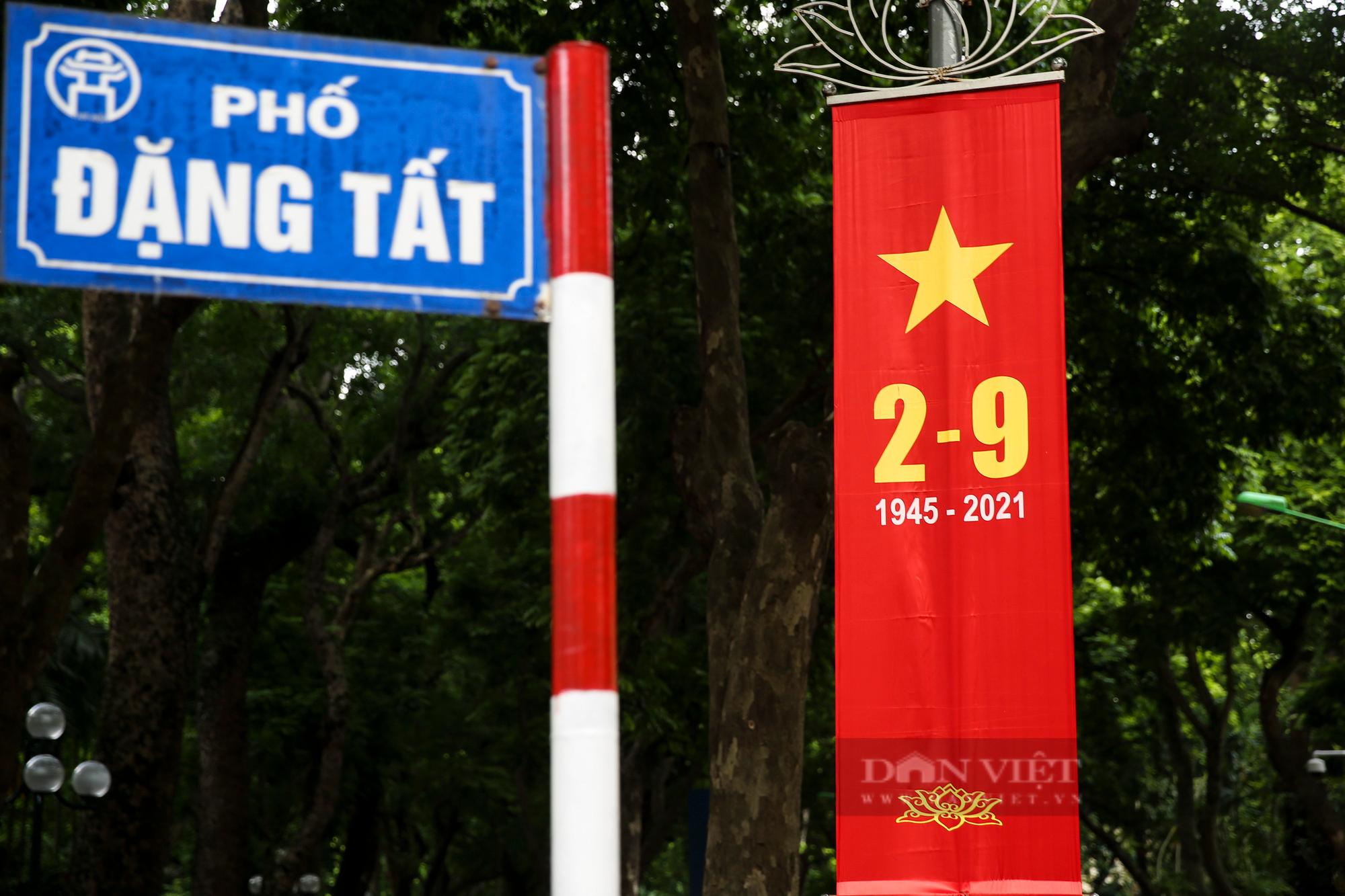 Đường phố Hà Nội rực rỡ sắc đỏ chào mừng Quốc khánh 2/9 - Ảnh 5.