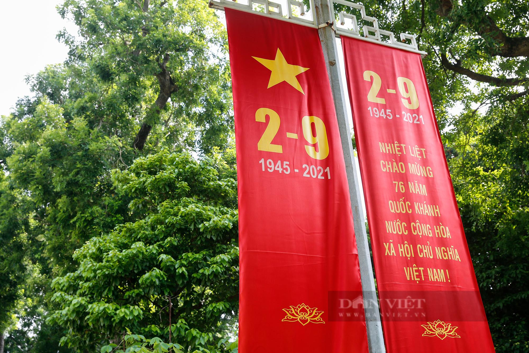 Đường phố Hà Nội rực rỡ sắc đỏ chào mừng Quốc khánh 2/9 - Ảnh 8.