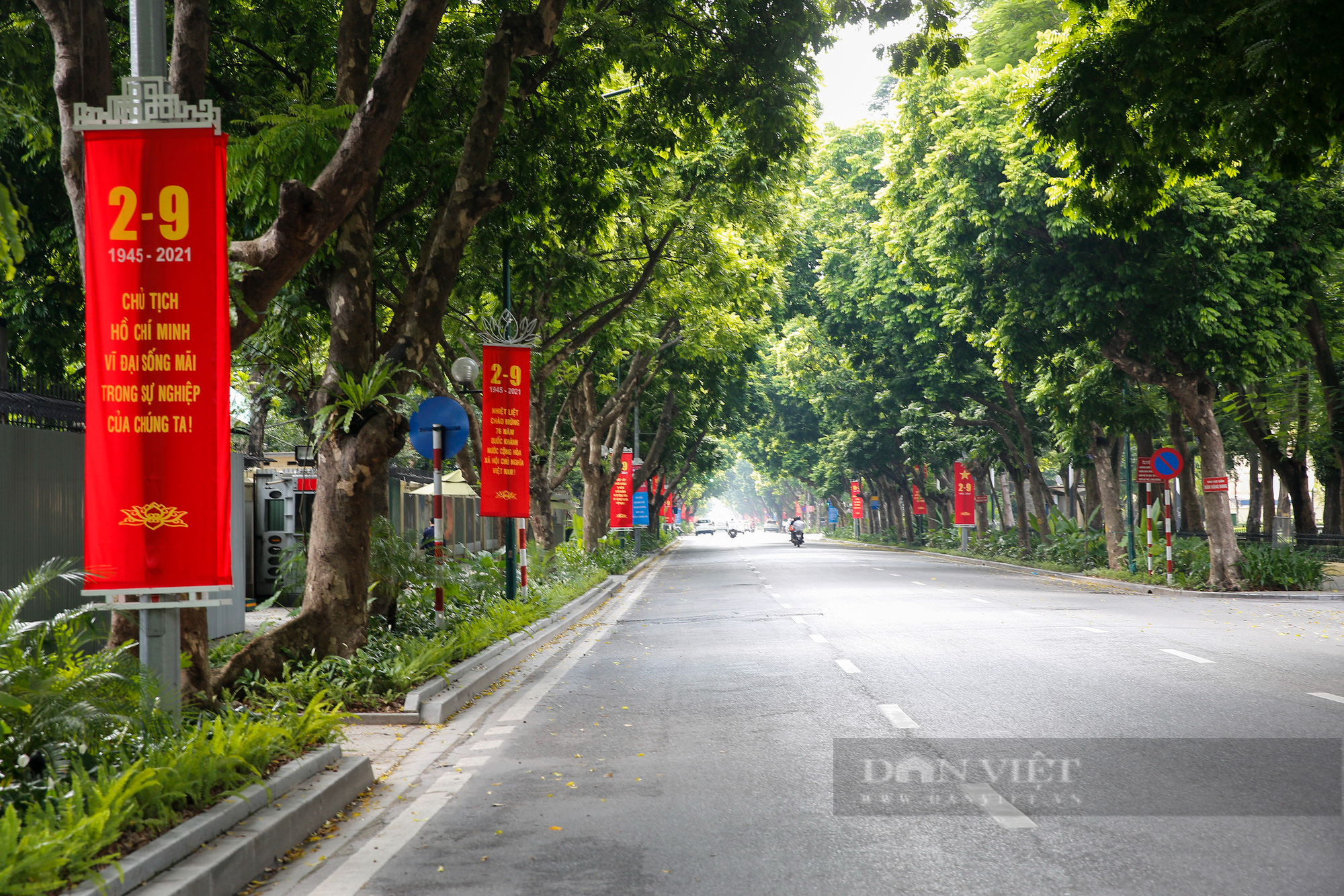 Đường phố Hà Nội rực rỡ sắc đỏ chào mừng Quốc khánh 2/9 - Ảnh 10.