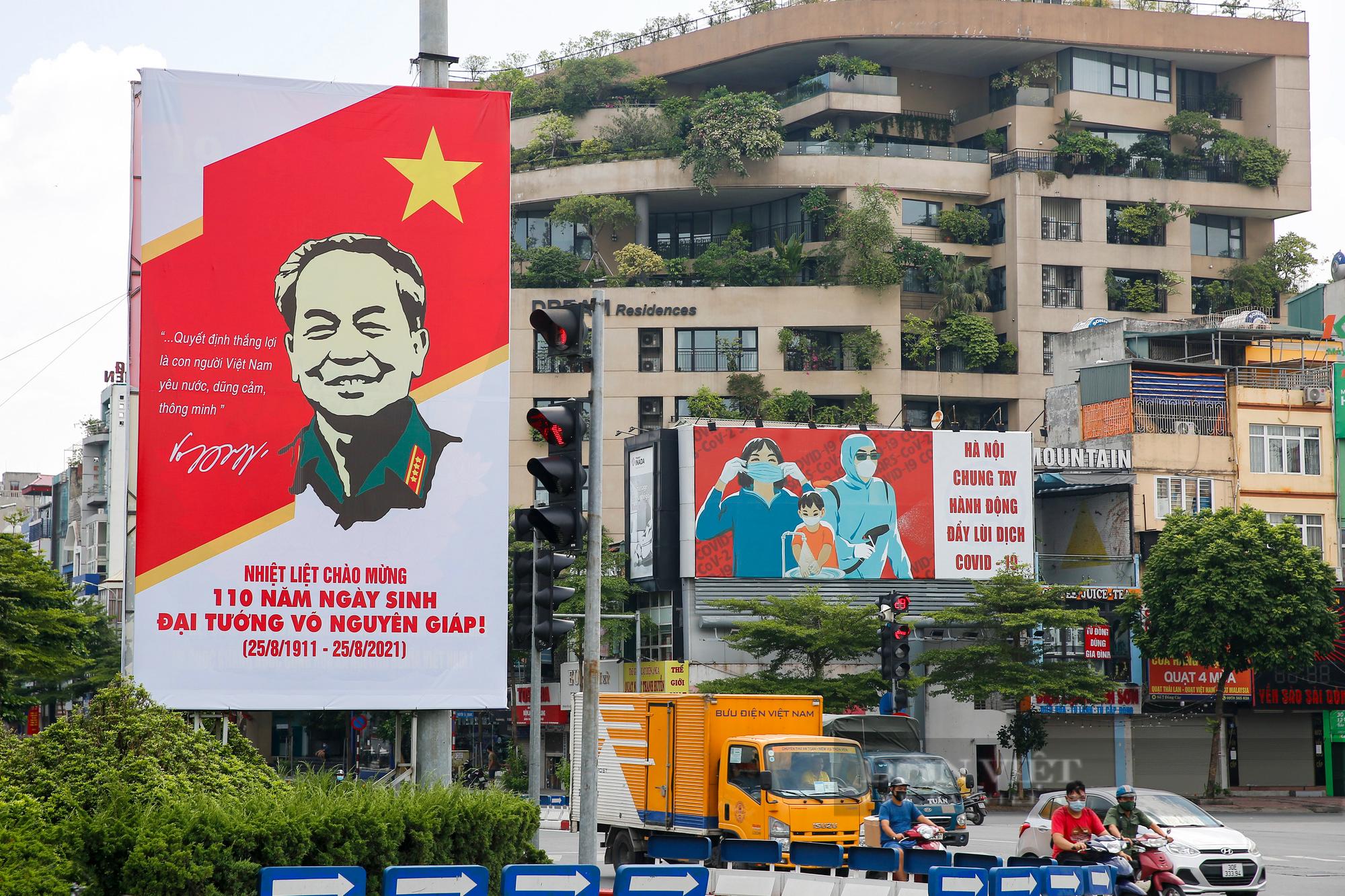 Đường phố Hà Nội rực rỡ sắc đỏ chào mừng Quốc khánh 2/9 - Ảnh 11.
