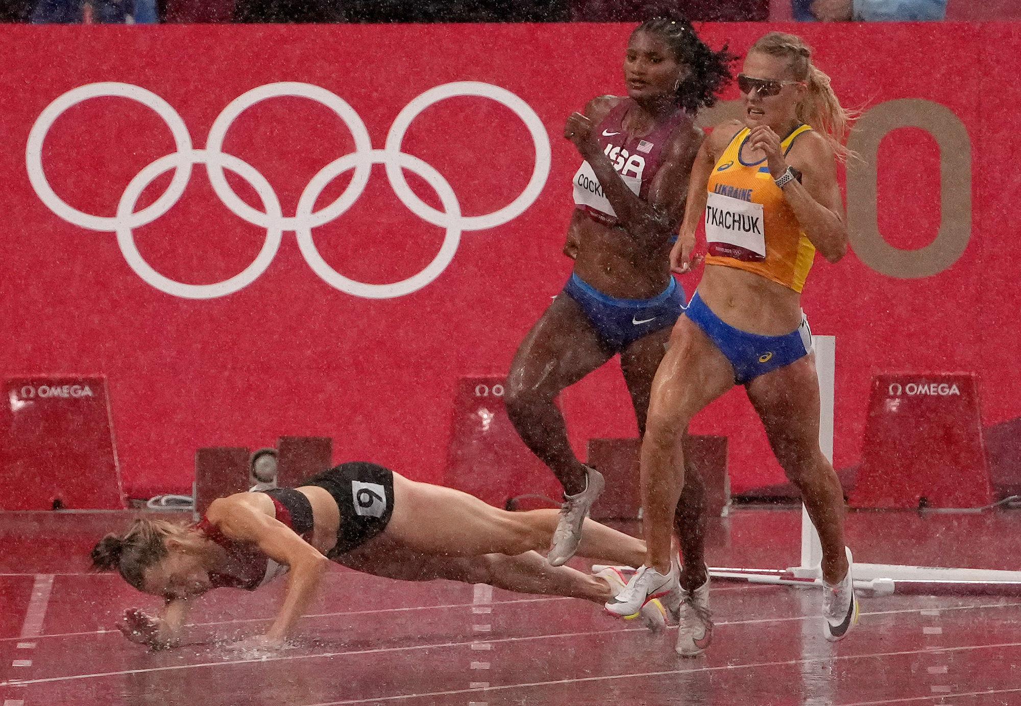 Người hâm mộ bất bình khi các VĐV điền kinh nữ phải chạy vượt rào trong mưa - Ảnh 1.
