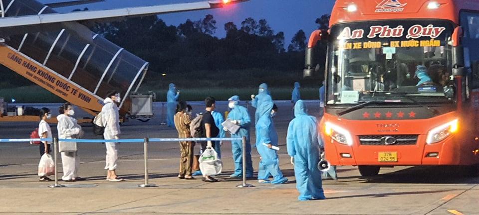 Chuyến bay VN 9262 chở 217 người Nghệ An từ TPHCM về tới sân bay Vinh an toàn - Ảnh 6.