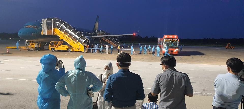 Chuyến bay VN 9262 chở 217 người Nghệ An từ TPHCM về tới sân bay Vinh an toàn - Ảnh 3.