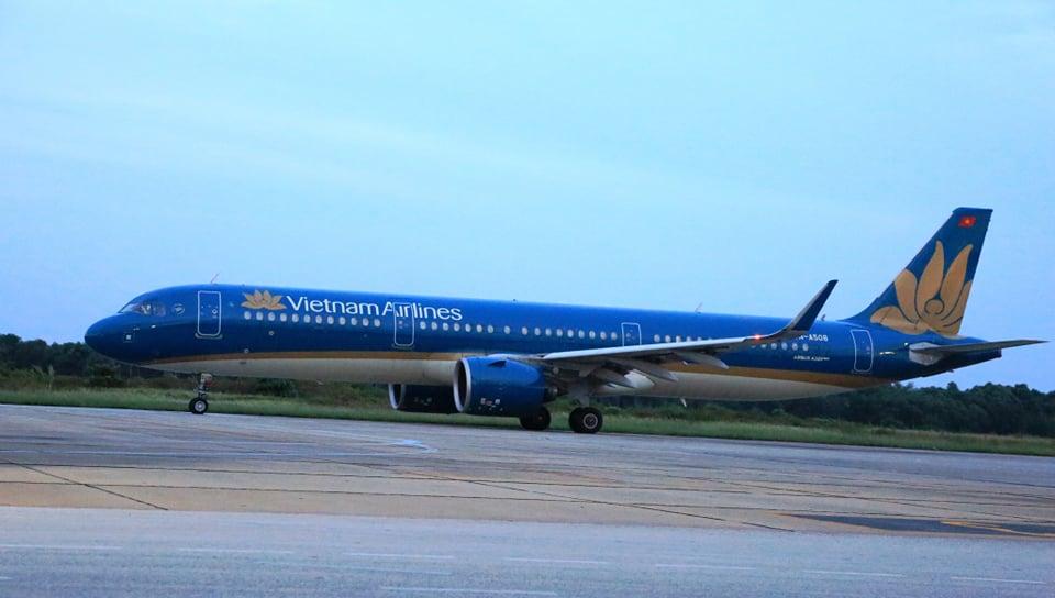 Chuyến bay VN 9262 chở 217 người Nghệ An từ TPHCM về tới sân bay Vinh an toàn - Ảnh 1.