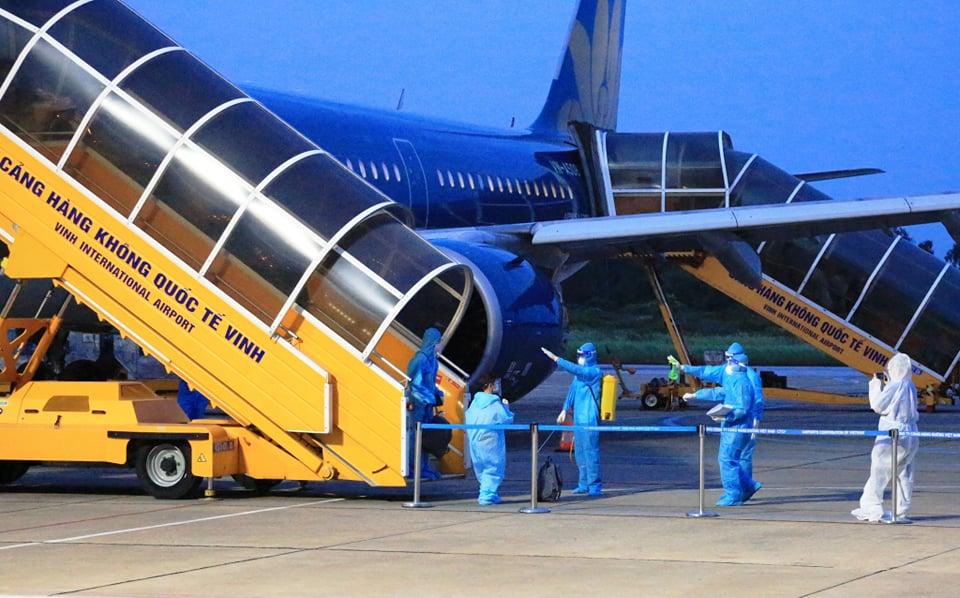 Chuyến bay VN 9262 chở 217 người Nghệ An từ TPHCM về tới sân bay Vinh an toàn - Ảnh 2.
