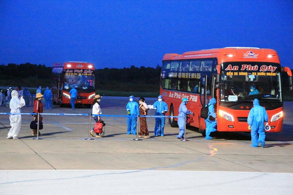 Chuyến bay VN 9262 chở 217 người Nghệ An từ TPHCM về tới sân bay Vinh an toàn - Ảnh 7.