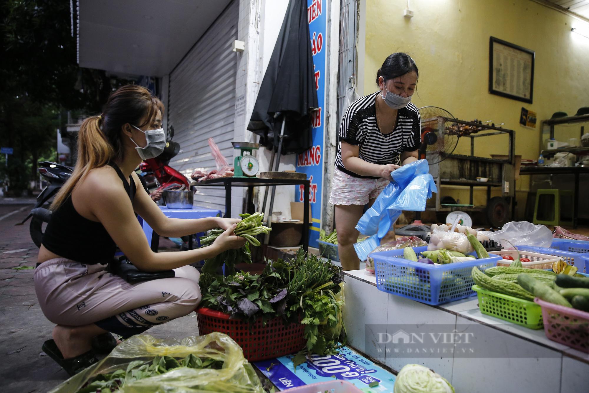 Hà Nội: Nhà hàng, quán cà phê, tiệm cắt tóc... chuyển sang bán thực phẩm thiết yếu - Ảnh 2.