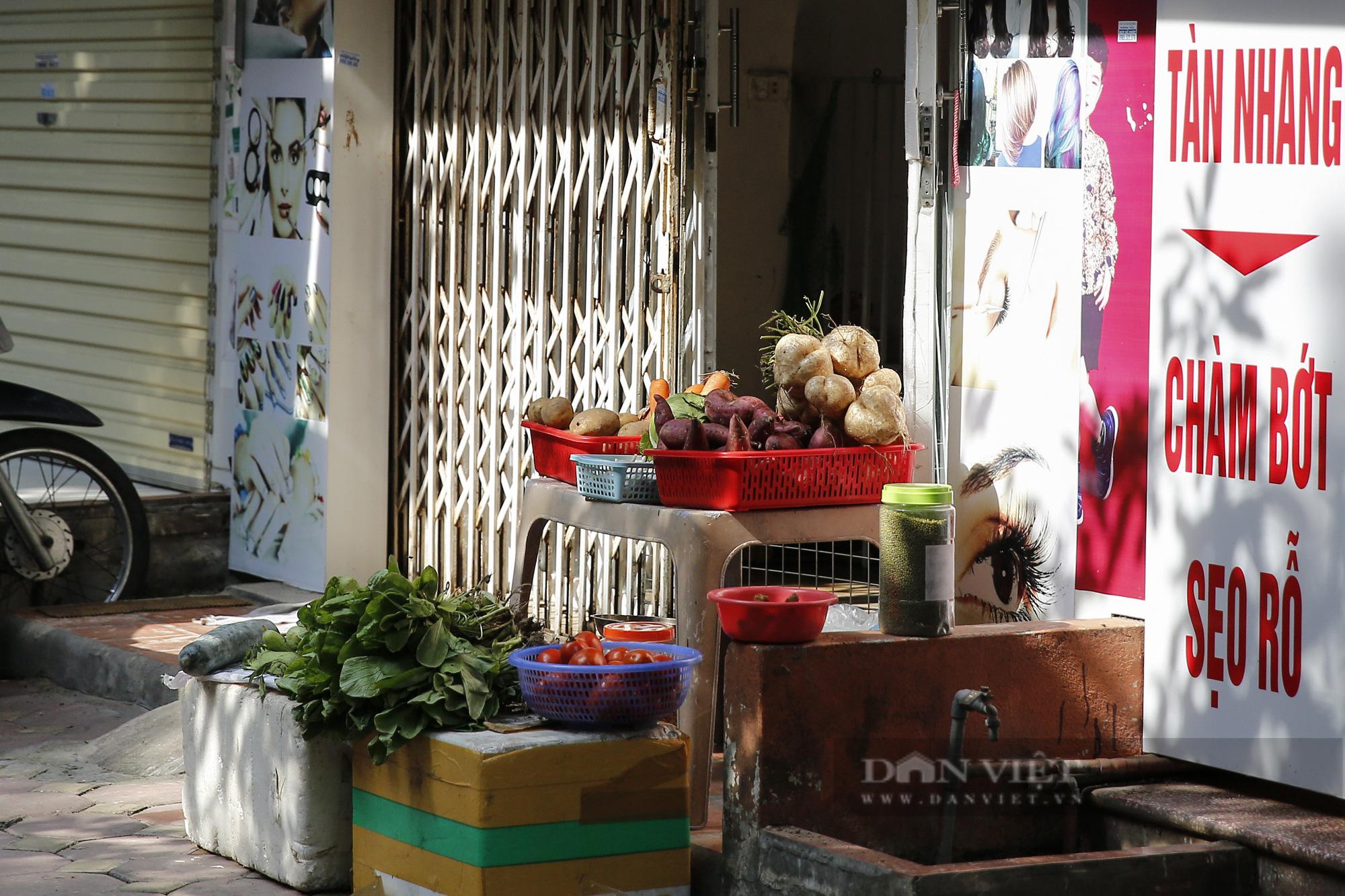 Hà Nội: Nhà hàng, quán cà phê, tiệm cắt tóc... chuyển sang bán thực phẩm thiết yếu - Ảnh 6.