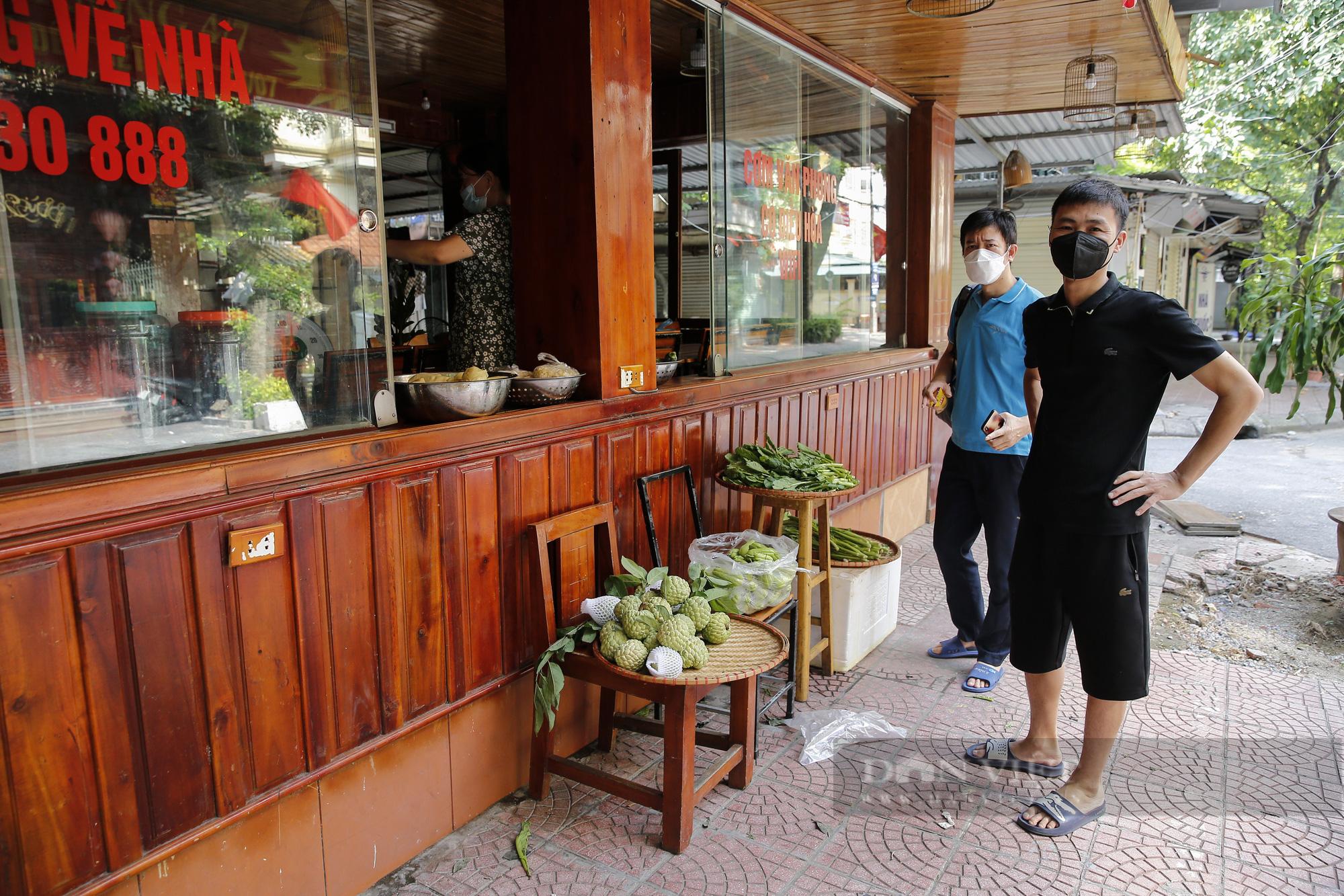 Hà Nội: Nhà hàng, quán cà phê, tiệm cắt tóc... chuyển sang bán thực phẩm thiết yếu - Ảnh 9.