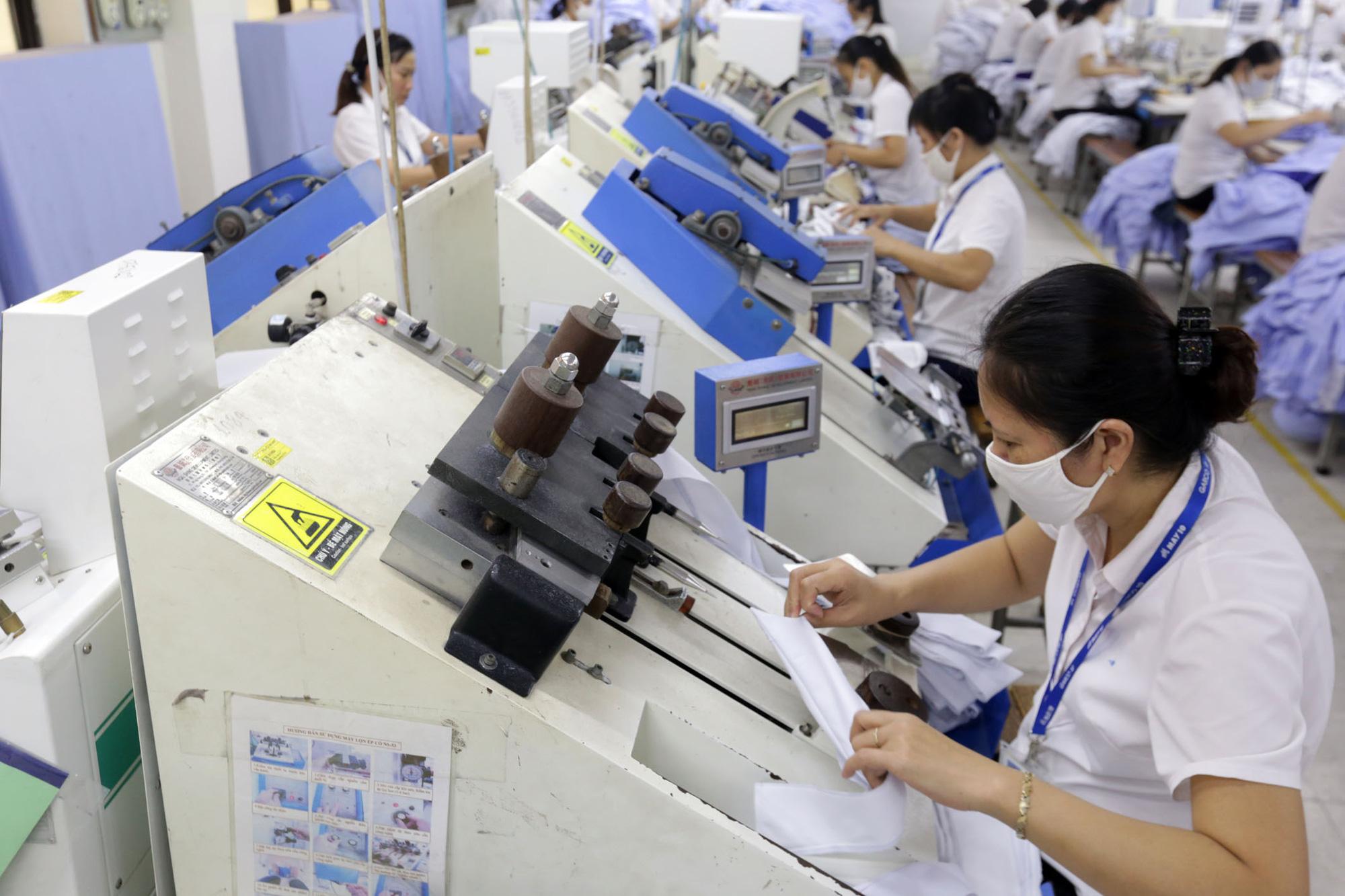 Các doanh nghiệp tham gia đóng Bảo hiểm thất nghiệp cho lao động sẽ được giảm mức đóng từ 1% xuống còn 0%. ẢNh: công ty May 10 - N.T
