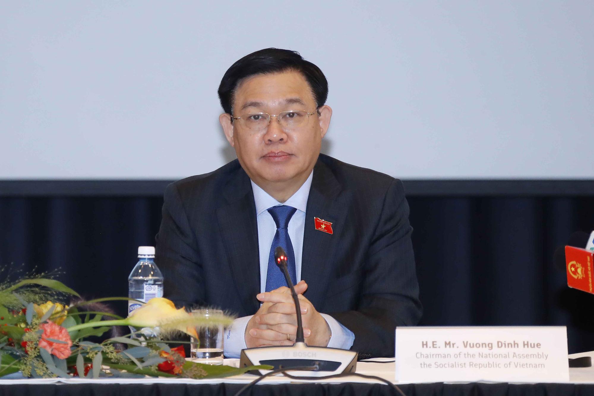 Việt Nam nhận thêm 100.000 liều vaccine và gần 300 tỷ thiết bị y tế chống dịch Covid-19 - Ảnh 2.