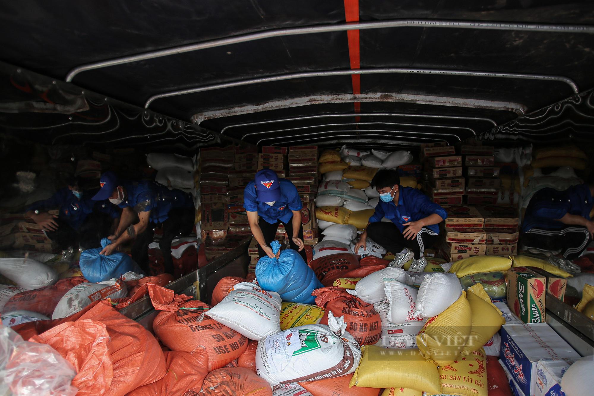 Hà Nội đón nhận 60 tấn nhu yếu phẩm từ nhân dân Hà Giang gửi tặng - Ảnh 2.