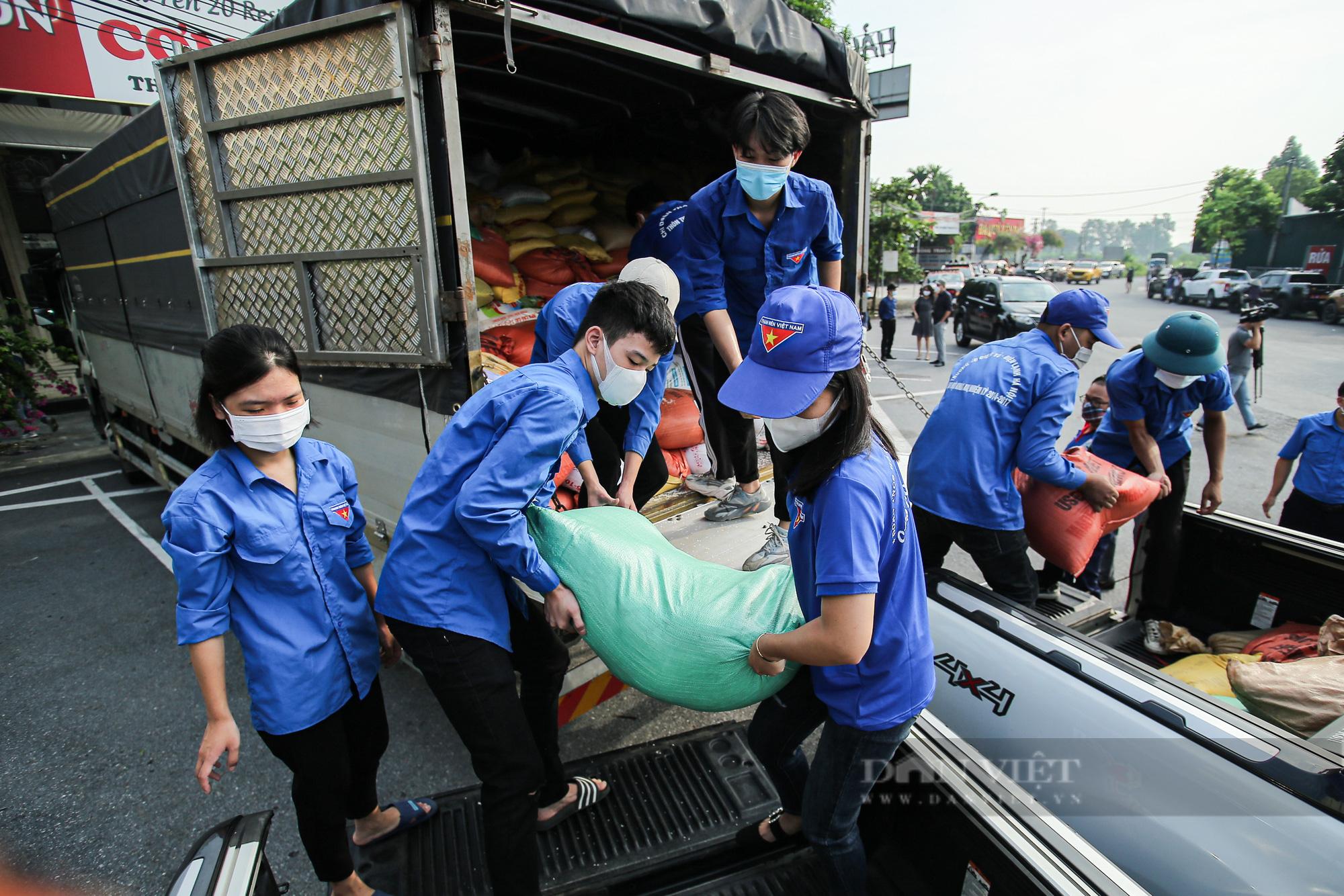 Hà Nội đón nhận 60 tấn nhu yếu phẩm từ nhân dân Hà Giang ủng hộ - Ảnh 3.