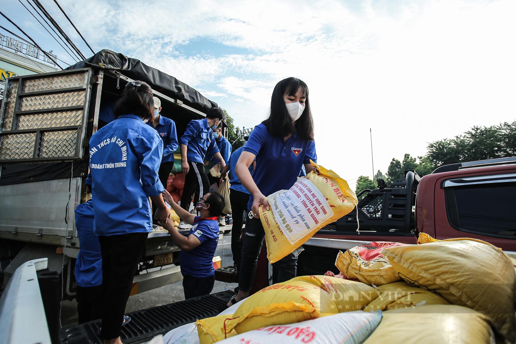 Hà Nội đón nhận 60 tấn nhu yếu phẩm từ nhân dân Hà Giang ủng hộ - Ảnh 5.