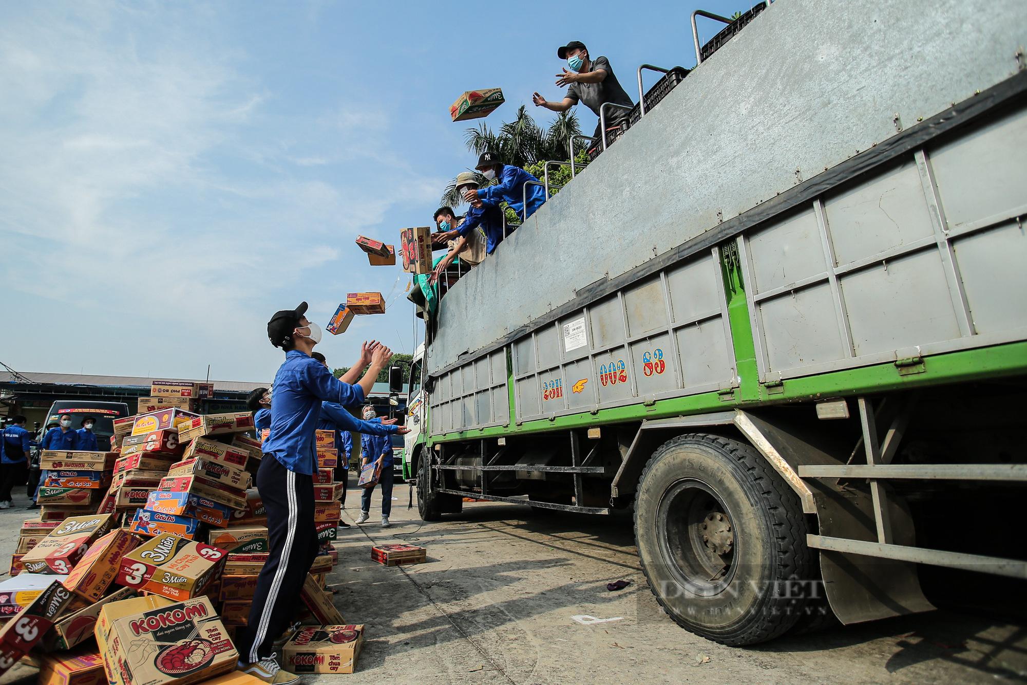 Hà Nội đón nhận 60 tấn nhu yếu phẩm từ nhân dân Hà Giang ủng hộ - Ảnh 6.