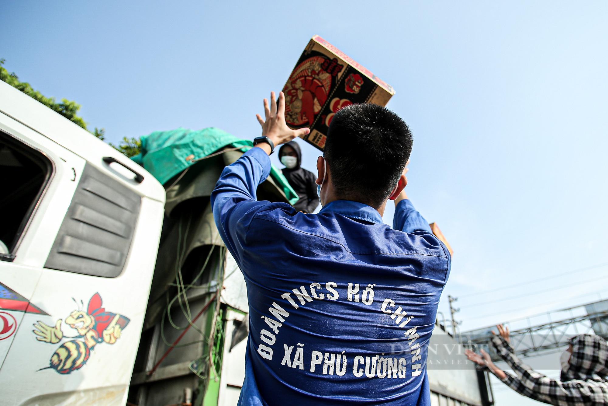 Hà Nội đón nhận 60 tấn nhu yếu phẩm từ nhân dân Hà Giang ủng hộ - Ảnh 8.