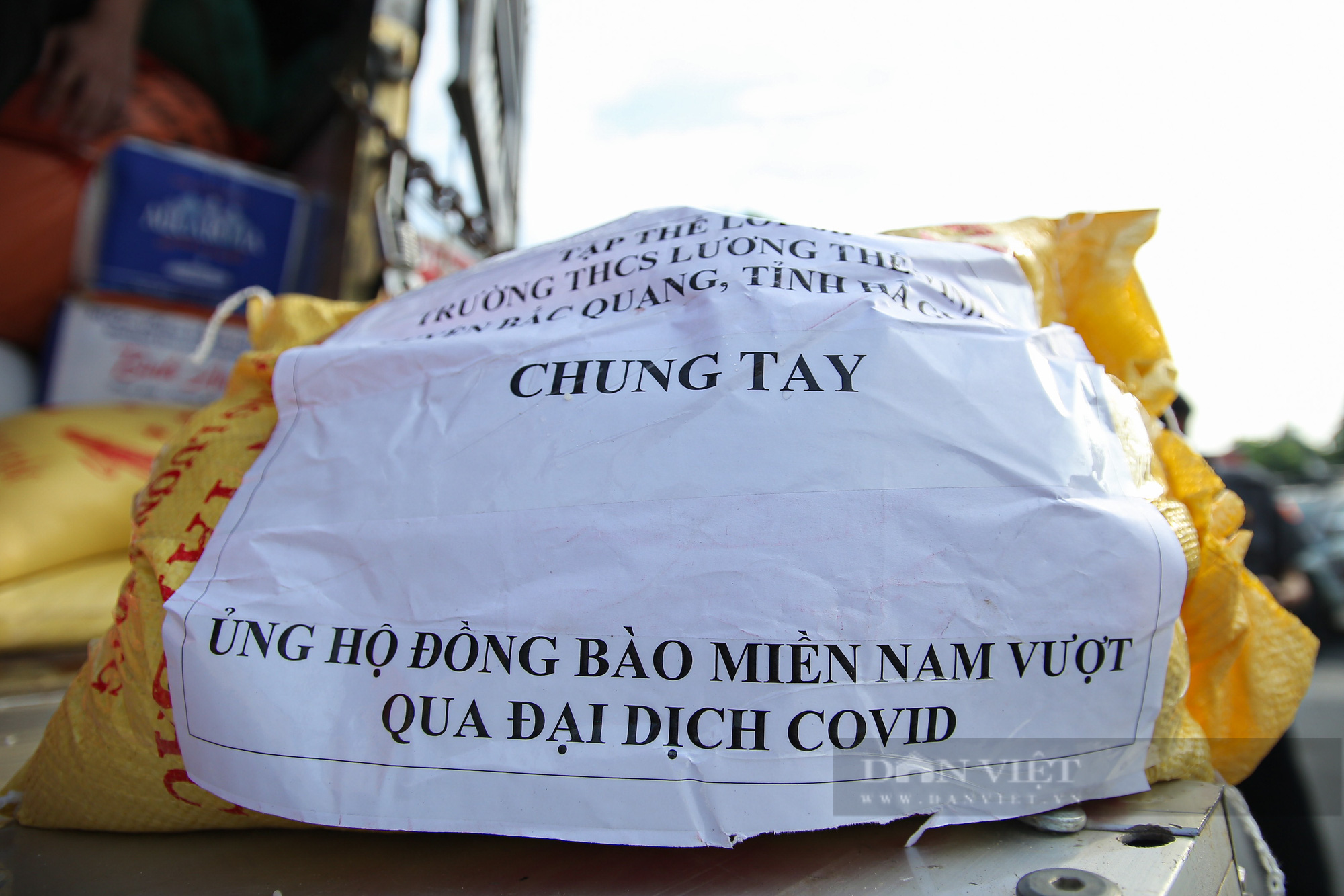 Hà Nội đón nhận 60 tấn nhu yếu phẩm từ nhân dân Hà Giang ủng hộ - Ảnh 11.