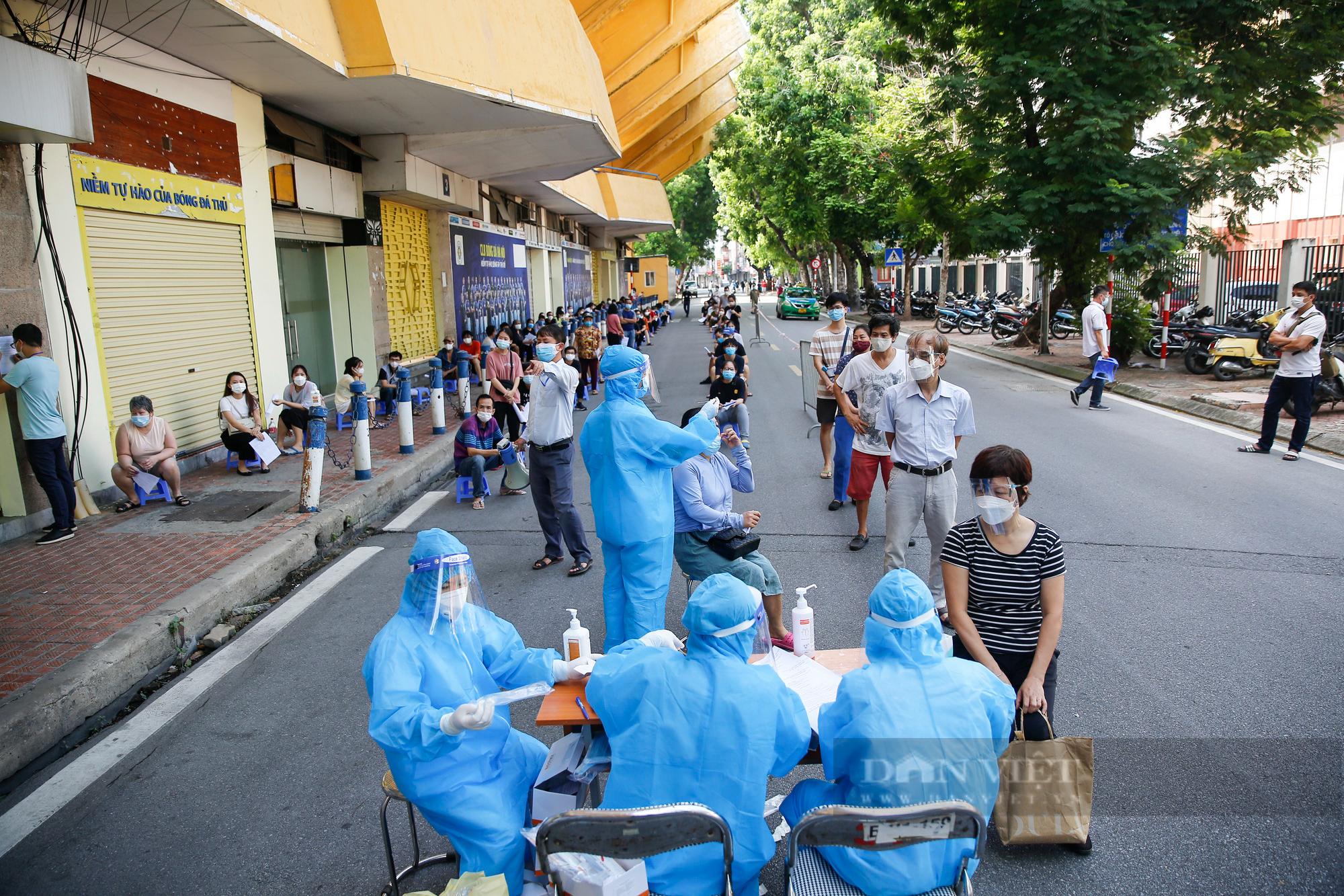 """Cận cảnh quy trình tiêm vaccine Covid-19 """"2 trong 1"""" đầu tiên ở Hà Nội - Ảnh 2."""