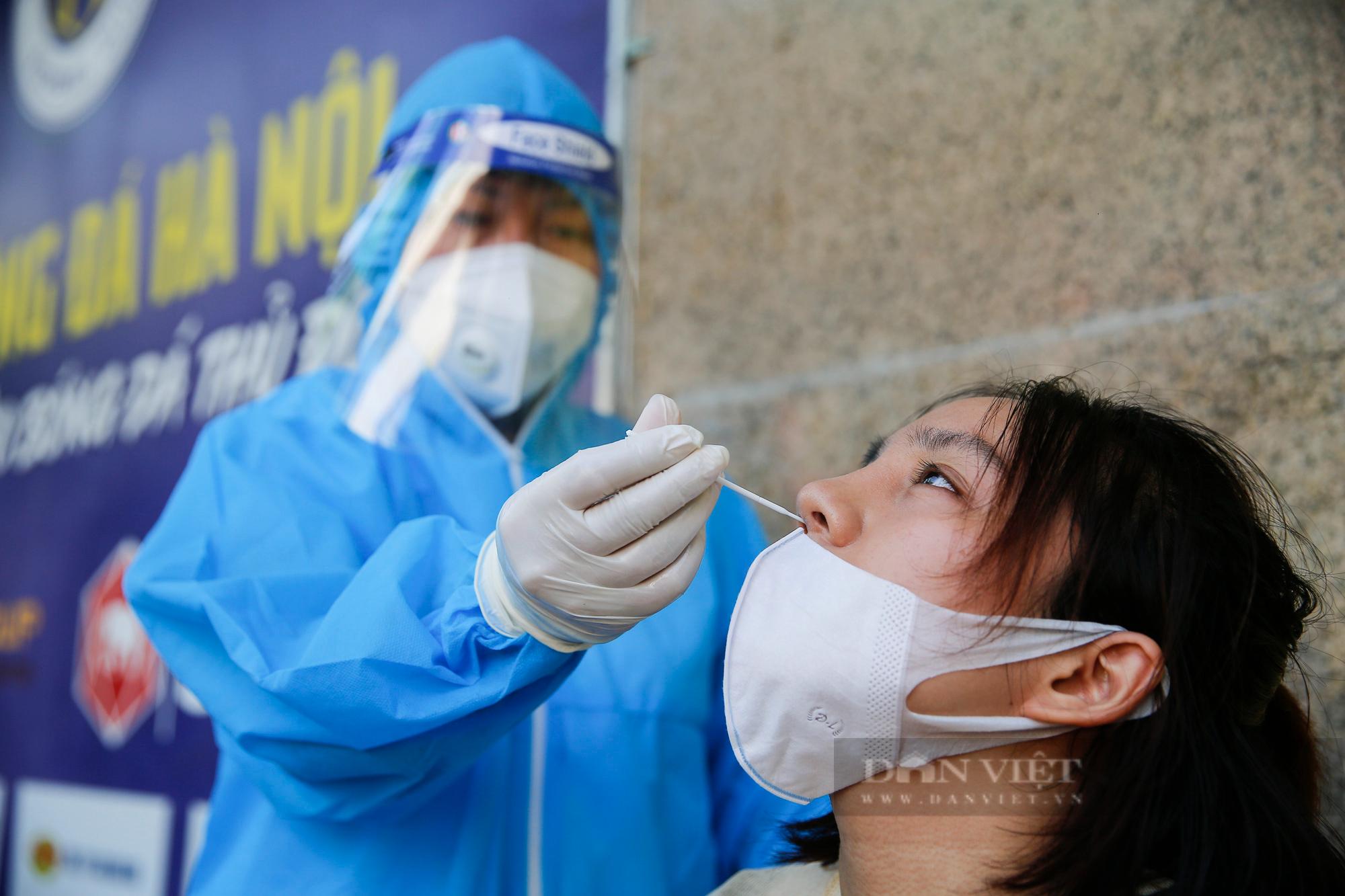"""Cận cảnh quy trình tiêm vaccine Covid-19 """"2 trong 1"""" đầu tiên ở Hà Nội - Ảnh 3."""