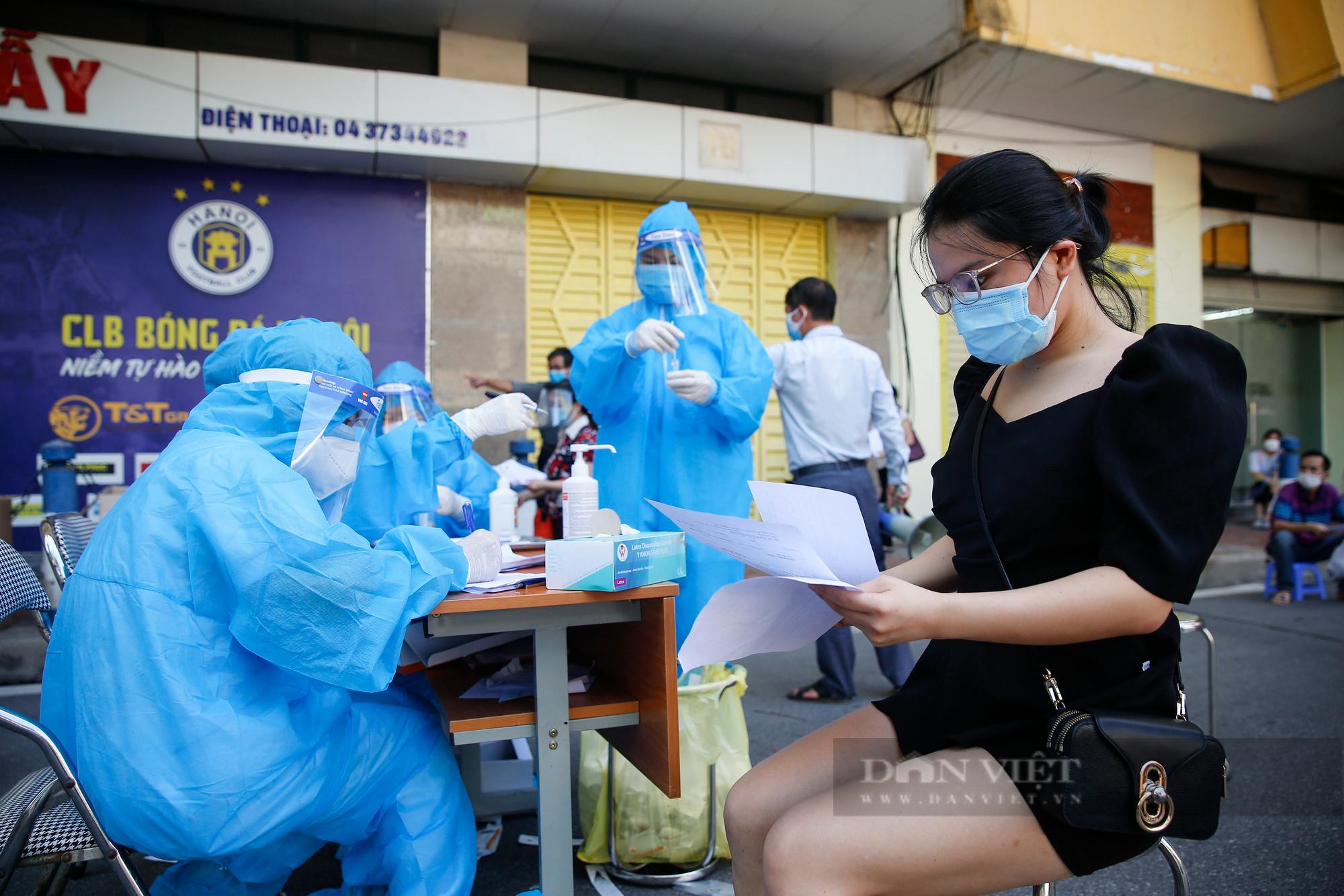 """Cận cảnh quy trình tiêm vaccine Covid-19 """"2 trong 1"""" đầu tiên ở Hà Nội - Ảnh 5."""