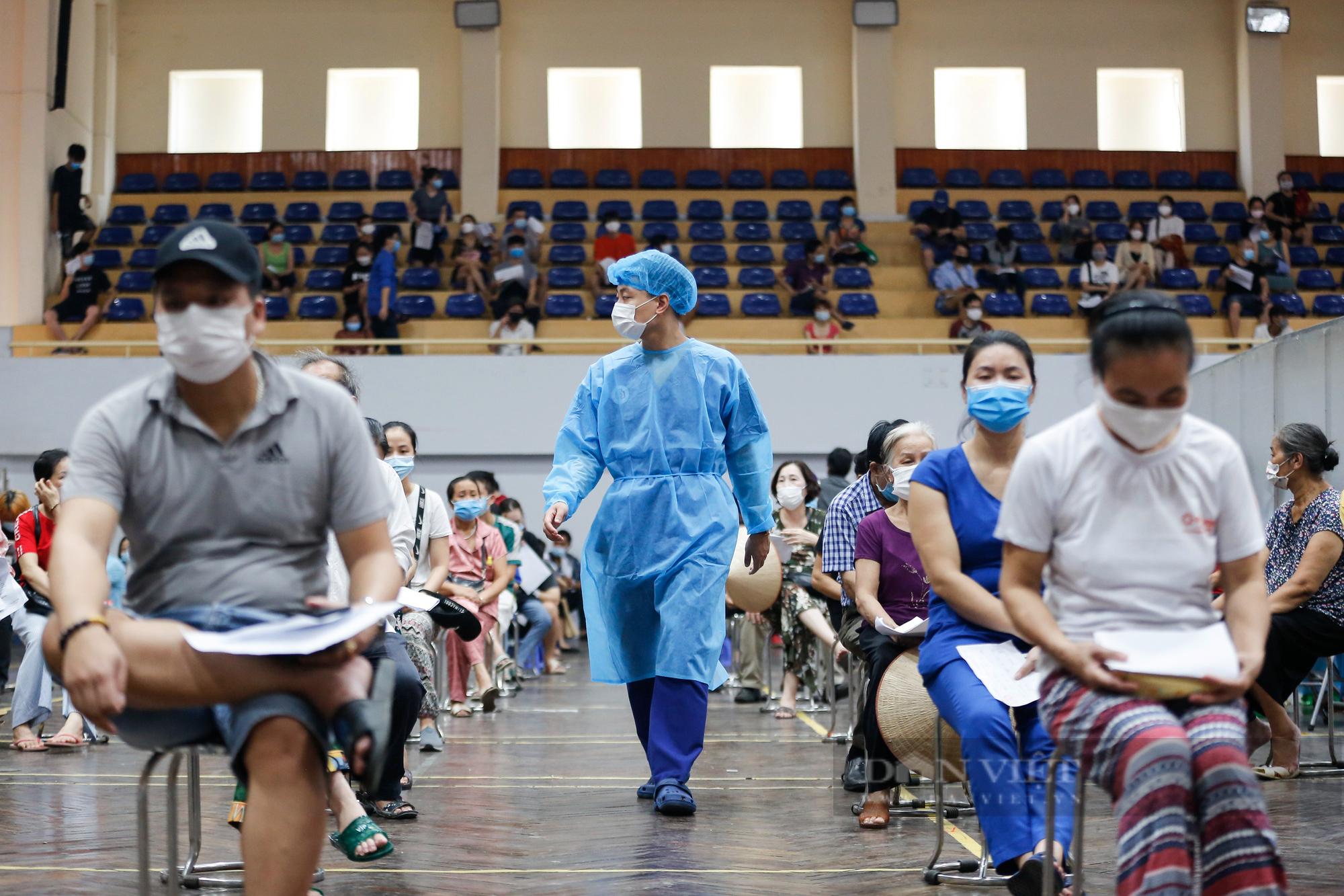 """Cận cảnh quy trình tiêm vaccine Covid-19 """"2 trong 1"""" đầu tiên ở Hà Nội - Ảnh 12."""
