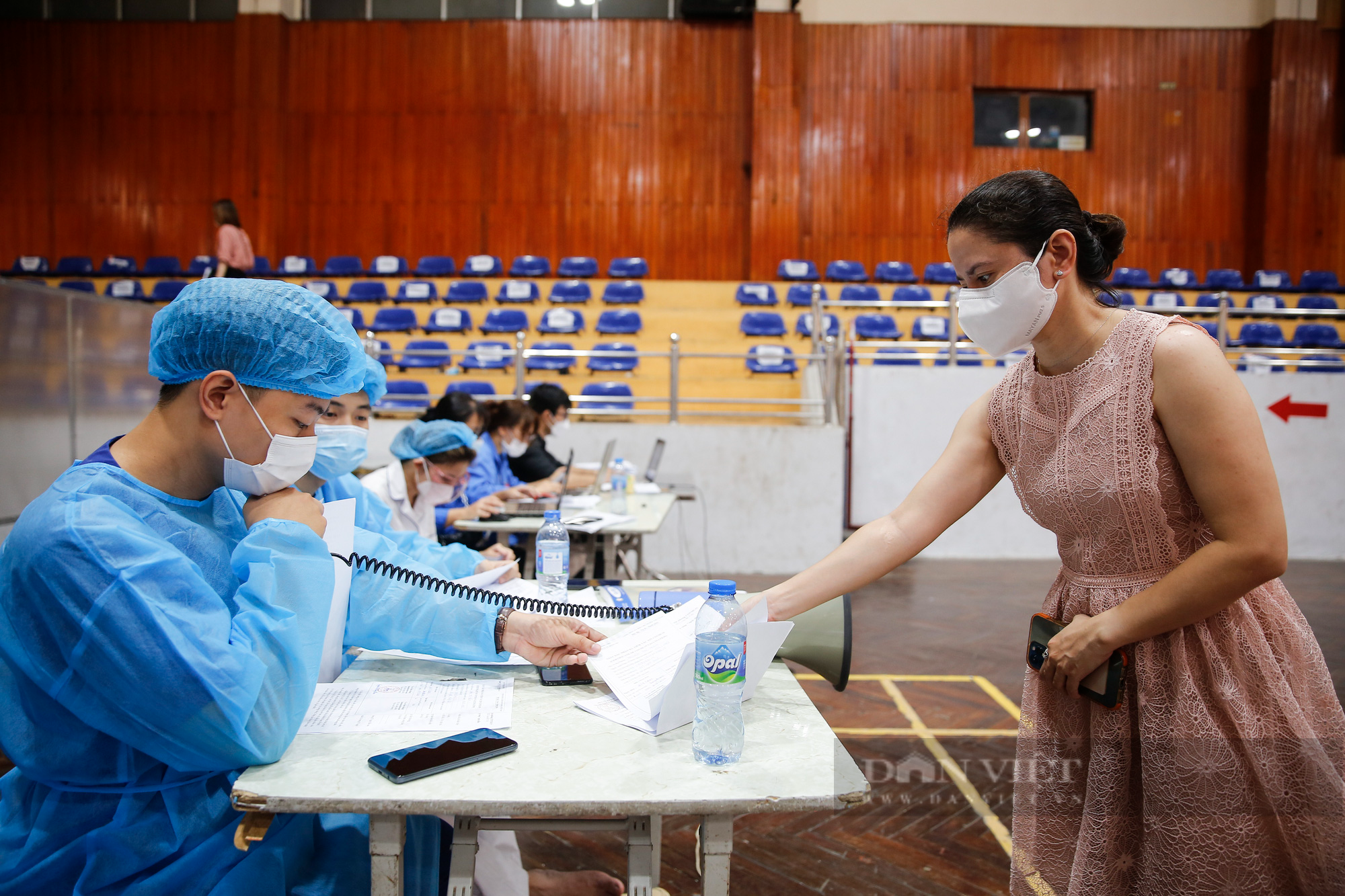 """Cận cảnh quy trình tiêm vaccine Covid-19 """"2 trong 1"""" đầu tiên ở Hà Nội - Ảnh 13."""