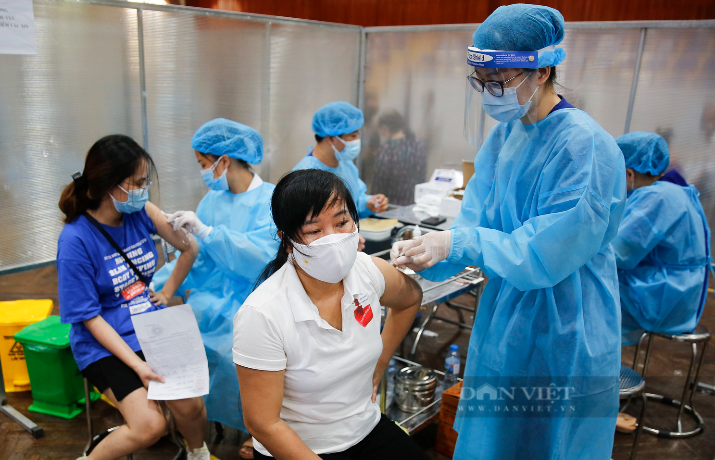 """Cận cảnh quy trình tiêm vaccine Covid-19 """"2 trong 1"""" đầu tiên ở Hà Nội - Ảnh 8."""