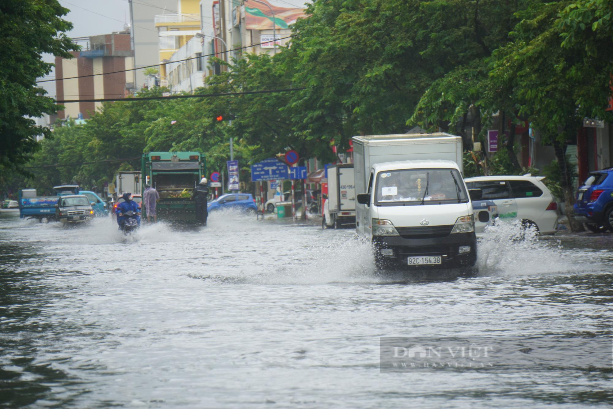 Ảnh: Mưa trắng trời trước bão, đường phố Đà Nẵng ngập thành sông - Ảnh 1.