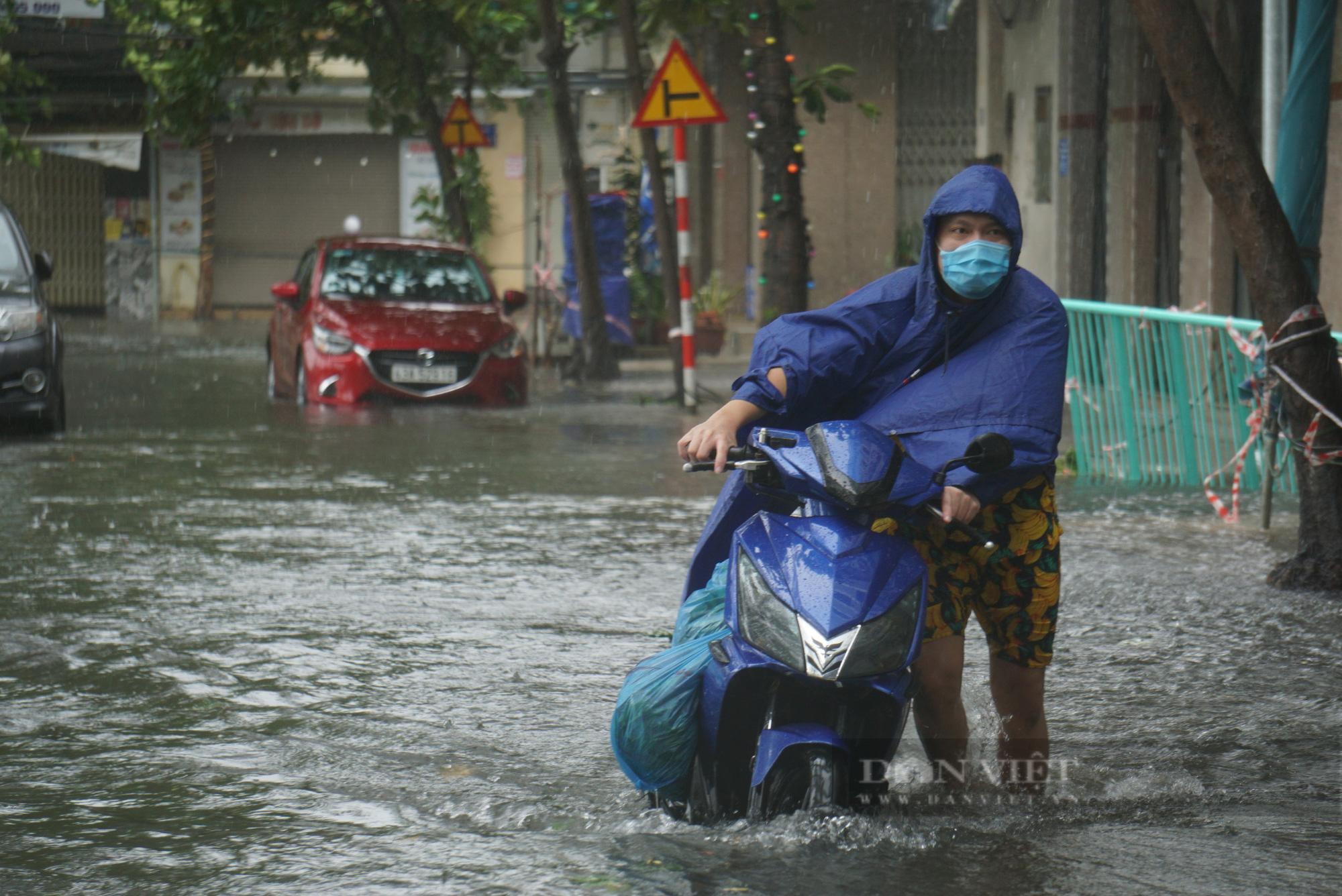 Ảnh: Mưa trắng trời trước bão, đường phố Đà Nẵng ngập thành sông - Ảnh 3.