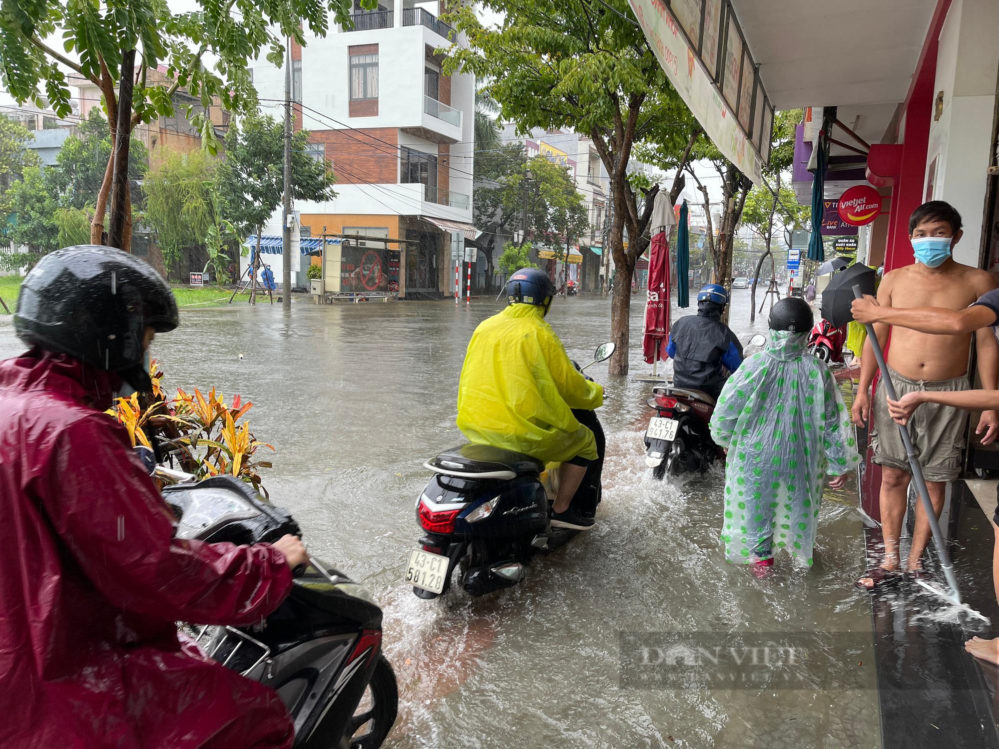 Ảnh: Mưa trắng trời trước bão, đường phố Đà Nẵng ngập thành sông - Ảnh 5.