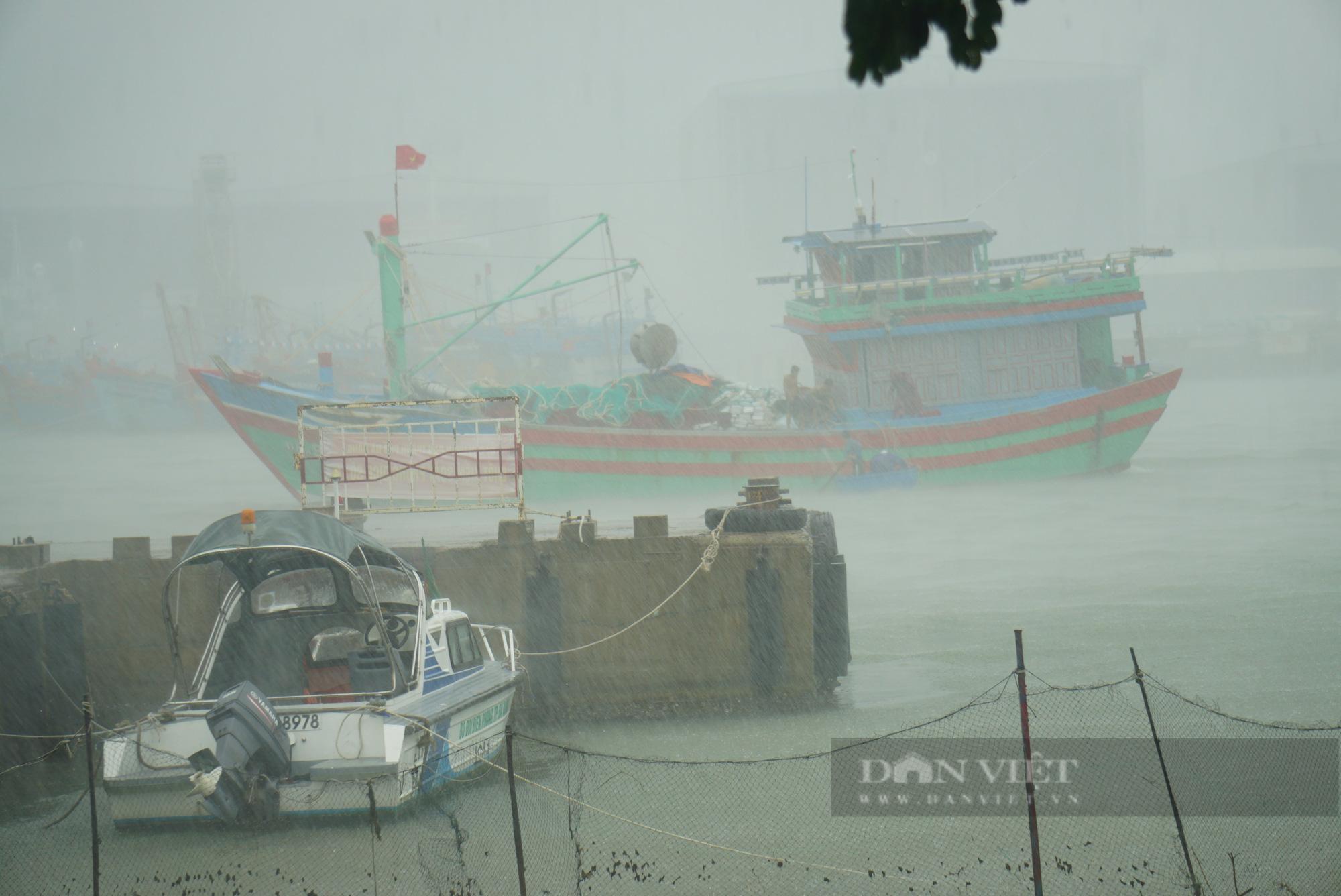 Ảnh: Mưa trắng trời trước bão, đường phố Đà Nẵng ngập thành sông - Ảnh 9.