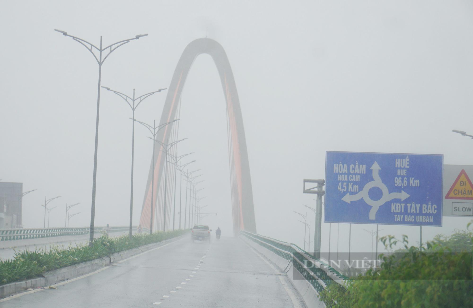 Mưa trắng trời, đường phố Đà Nẵng biến thành... sông - Ảnh 1.