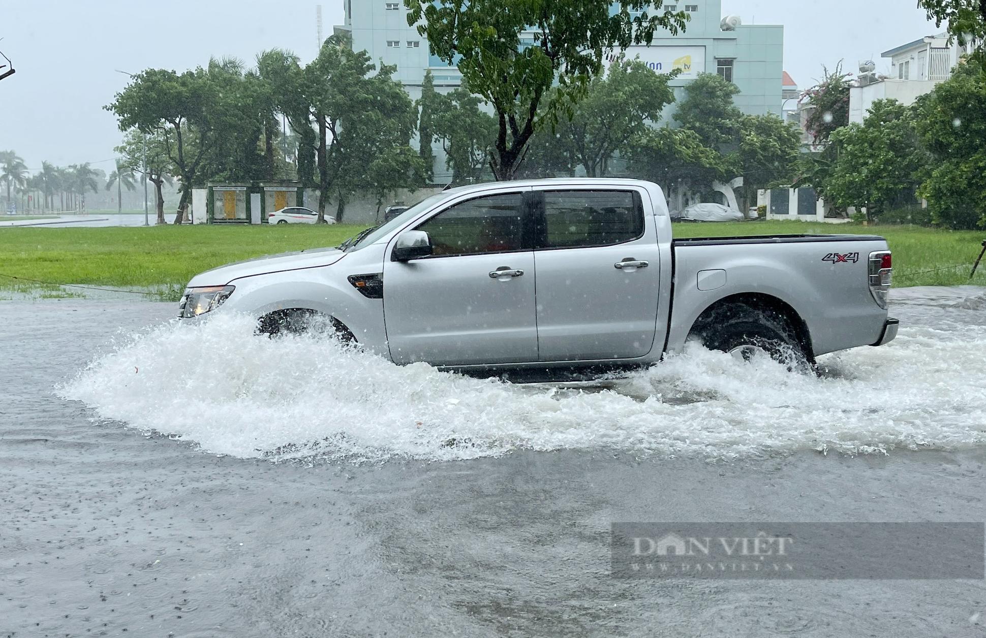 Mưa trắng trời, đường phố Đà Nẵng biến thành... sông - Ảnh 3.