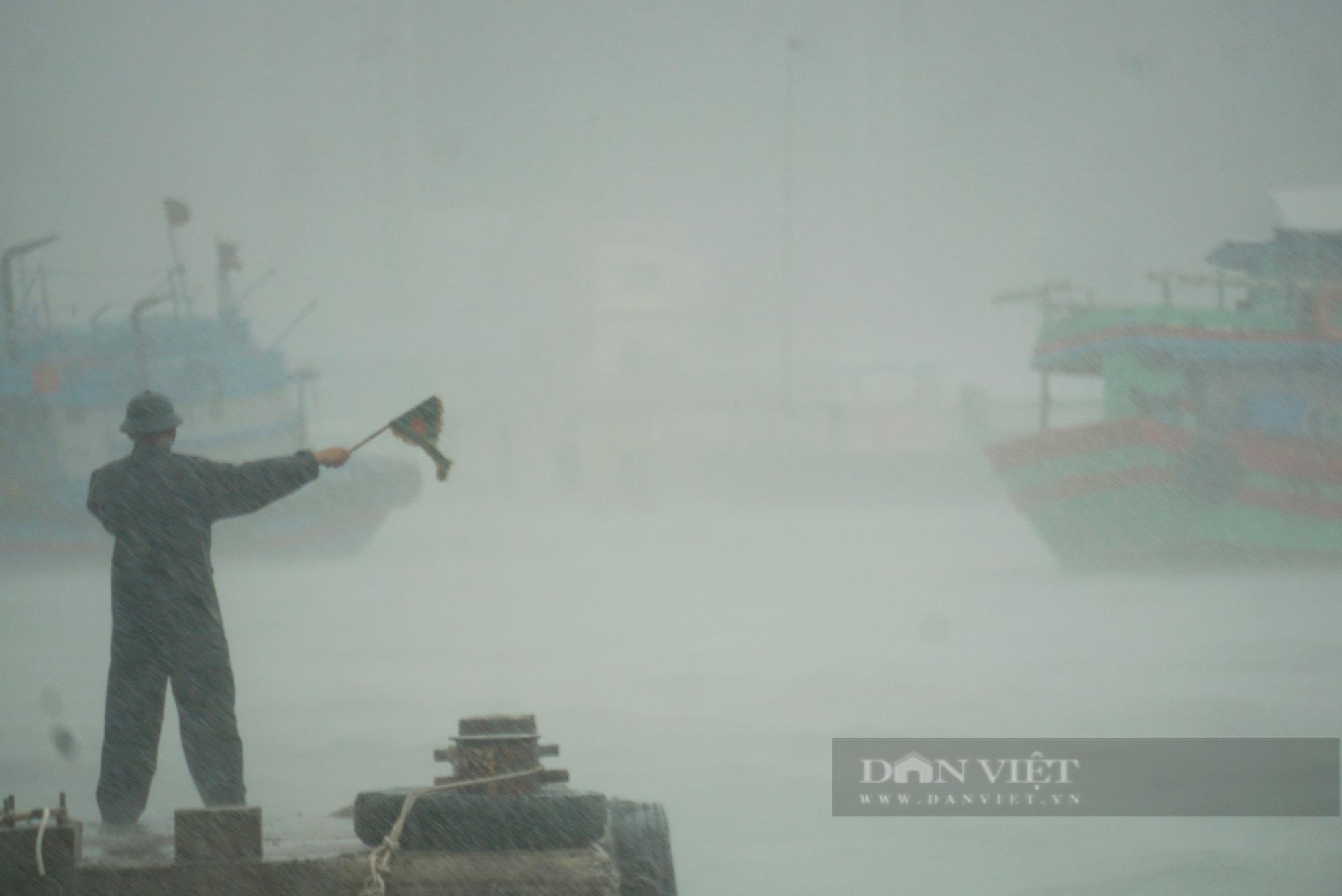 Mưa trắng trời, đường phố Đà Nẵng biến thành... sông - Ảnh 9.
