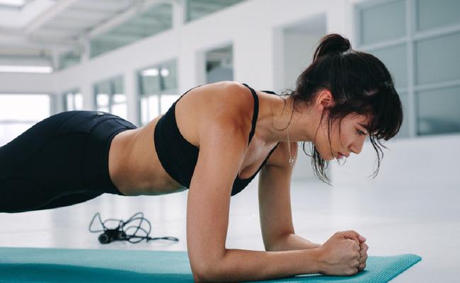 Tập plank tại nhà để bụng phẳng, eo thon, nhiều chị em bị đau lưng nhiều ngày, HLV chỉ ra lỗi sai ai cũng dễ mắc - Ảnh 1.