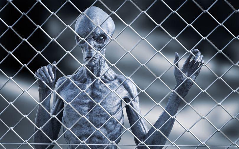 UFO xuất hiện tại nhà tù, các tù nhân hoảng sợ bởi một chứng bệnh kỳ lạ