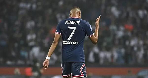 Mbappe bị la ó vì không ký hợp đồng mới với PSG. Ảnh: Marca