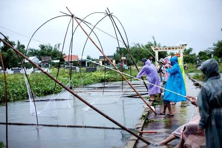 Quảng Nam: Cao thủ không bằng tranh thủ, sau mưa lớn, người dân giăng lưới bắt cá mưu sinh - Ảnh 1.
